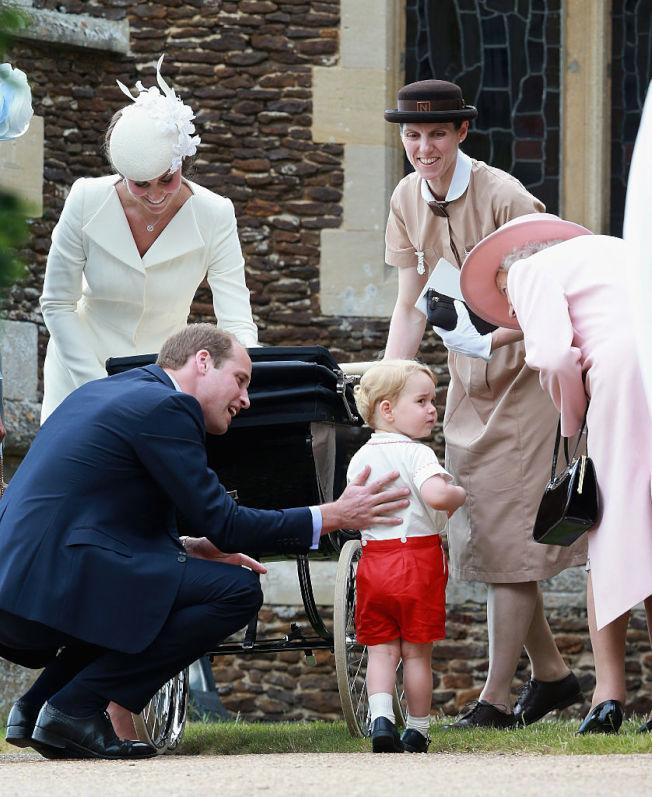 英國喬治王子有專業保母瑪麗亞‧柏歐拉洛(Maria Teresa Turrion Borrallo,右二)照顧。(Getty Images)