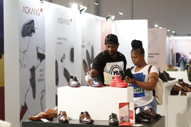 美國買家關注中國品牌運動鞋。(記者呂賢修/攝影)
