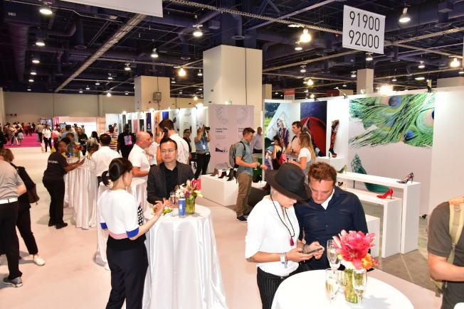 中國展館開幕式,吸引許多商家。(高傑文/攝影)