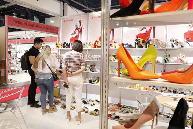 展會現場,中國廠商向買家介紹產品。(記者呂賢修/攝影)