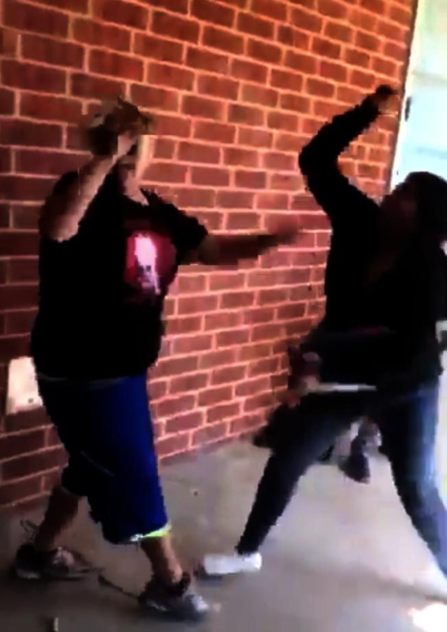 羅蘭高中上演武鬥,自閉男生(左)遭霸凌。(取材自推特)