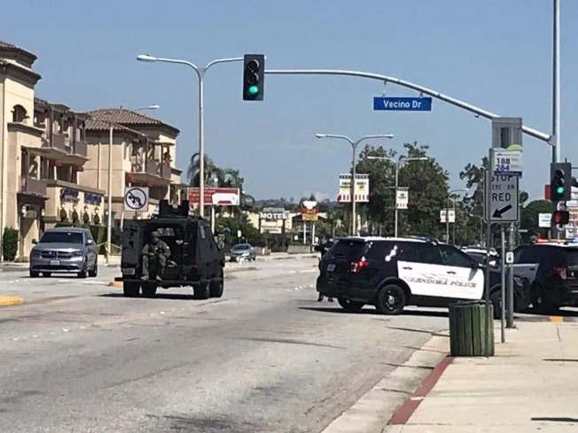 格蘭杜拉警方封鎖附近多個社區,防止持槍歹徒劫持人質。(記者楊青/攝影)