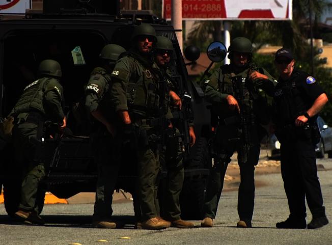 洛杉磯縣警察局霹靂小組加入地毯式搜捕行動,以防持槍逃逸搶匪隱藏附近挾持人質。(記者楊青/攝影)