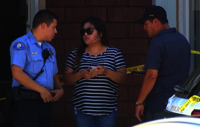 被搶珠寶店西裔女老闆(中)在案發後同警方交談。(記者楊青/攝影)