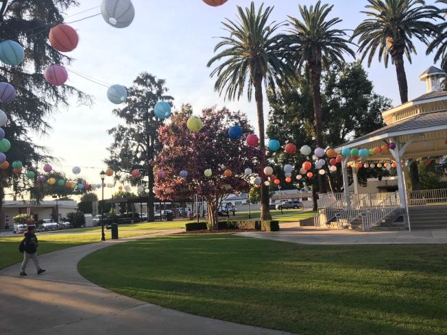 天普公園被五顏六色的燈籠包圍,變成一片燈海。(記者張宏/攝影)