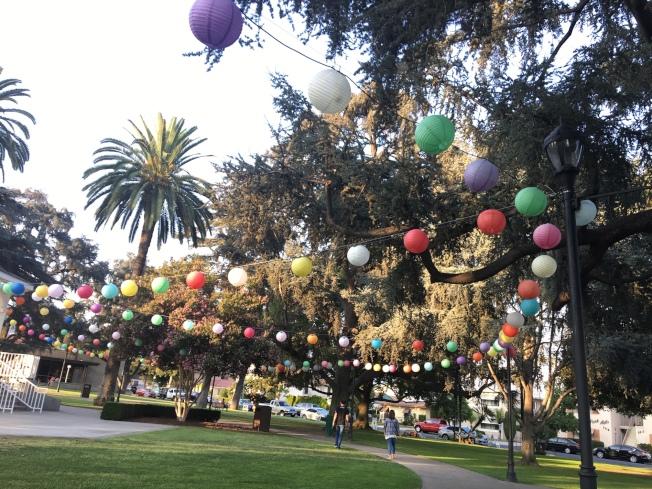 天普公園已將彩燈掛起,現場已可想像熱鬧的節日氣氛。(記者張宏/攝影)