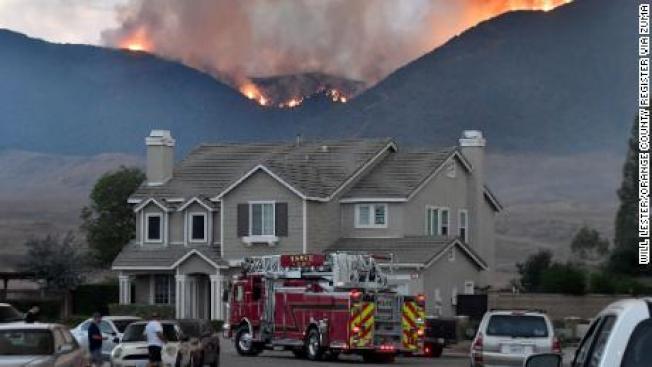 河濱縣境內野火進一步擴大,燃燒面積逾2000英畝。(CNN)