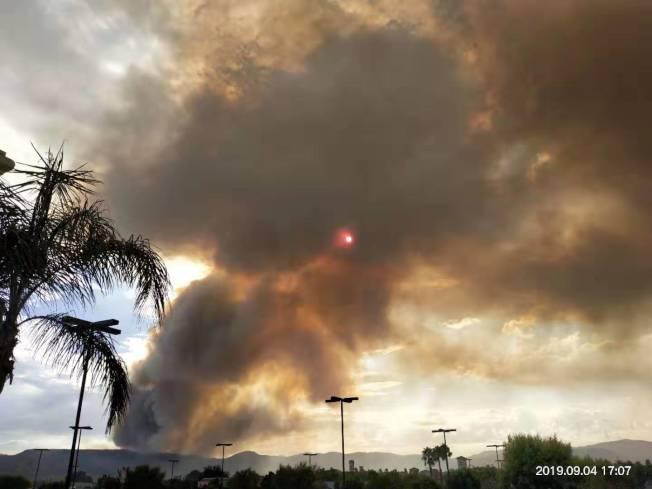 山火首日茉莉塔市(Murrieta)附近黑煙瀰漫。(鍾先生提供)