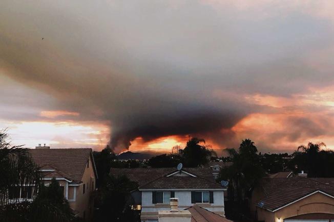 山火首日,黑煙直沖雲霄且不斷逼近茉莉塔市(Murrieta)民宅區。(林恩成提供)