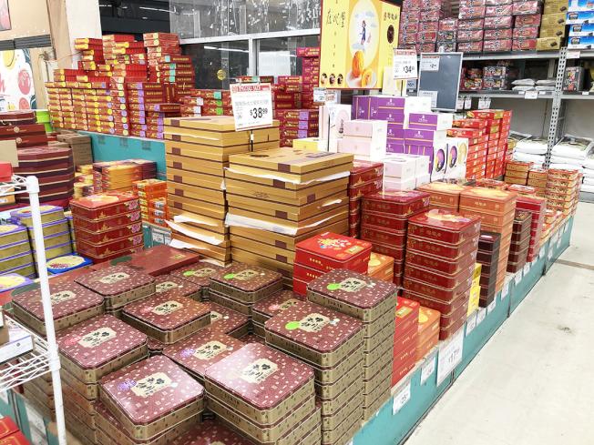 華人超市各式中秋月餅琳瑯滿目。(記者李雪/攝影)