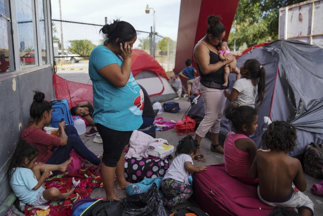 美國政府沒有豁免孕婦可不受「在墨西哥等候」計畫的限制。圖為一群擬申請庇護的移民在墨西哥邊界等待。(美聯社)