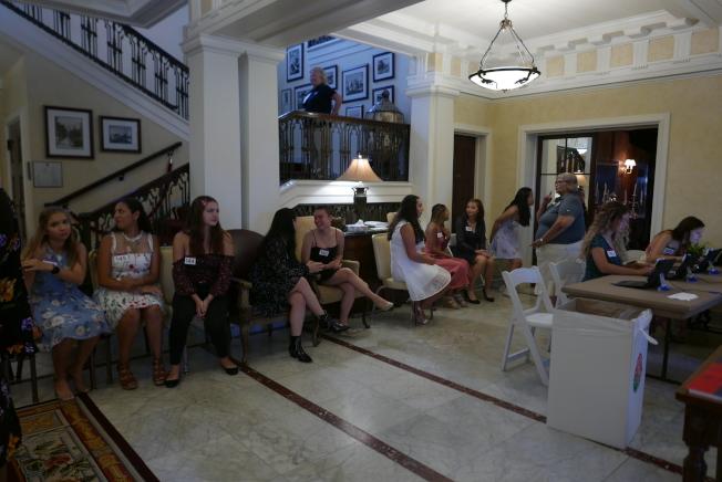 今年的海選在玫瑰宮室內進行,圖為女孩們在等待拍照。(記者李雪/攝影)