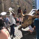 德州男邊罵川普邊猛砸華爾街銅牛 被捕控罪