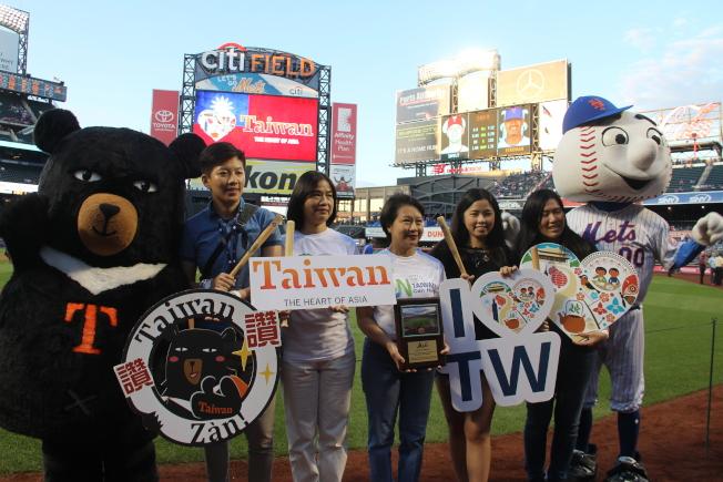 第15屆「大都會台灣日」7日在紐約大都會主場花旗球場舉辦,眾人與球場吉祥物Mr. Mets和台灣黑熊合影。(記者賴蕙榆/攝影)