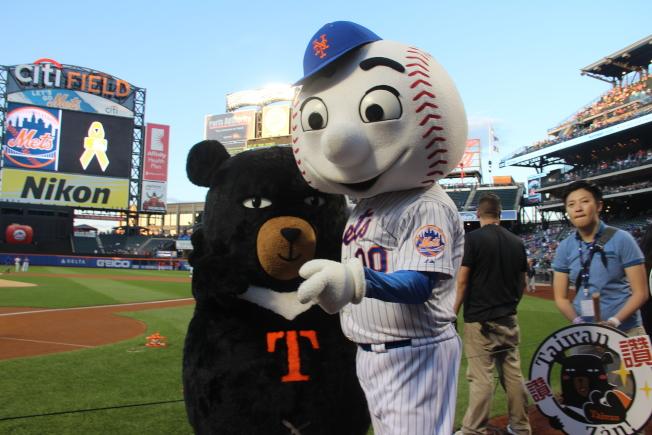 紐約大都會隊吉祥物Mr. Mets和台灣黑熊互動吸睛。(記者賴蕙榆/攝影)