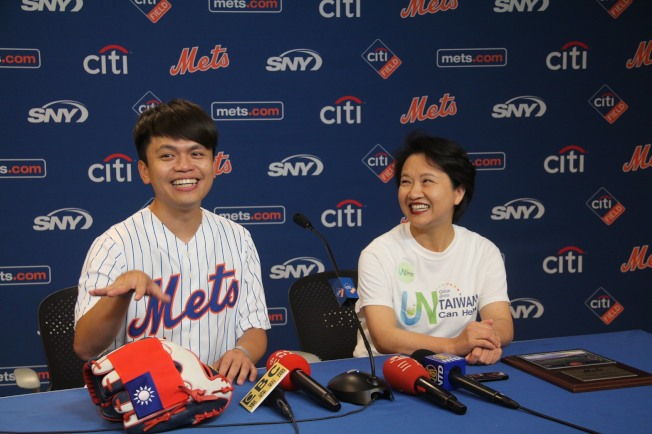 台灣網紅蔡阿嘎(左)獲邀開球,手套縫上國旗;右為徐儷文。 (記者賴蕙榆/攝影)
