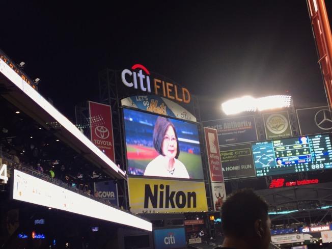 紐約「大都會台灣日」7日登場,蔡英文總統在球場的大螢幕上「現身」。 (記者張宗智╱攝影)