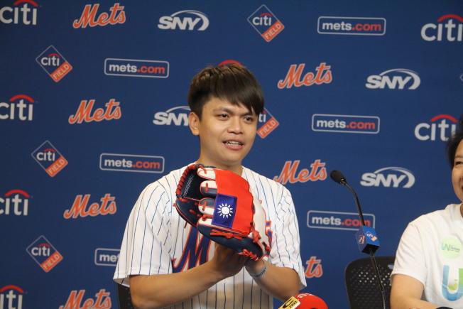 蔡阿嘎展示為登「大都會台灣日」球場開球,特別縫製的國旗手套。(記者賴蕙榆/攝影)