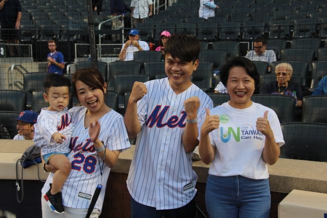 蔡阿嘎帶著老婆「二伯」、兒子「蔡桃貴」參與第15屆大都會台灣日。(記者賴蕙榆/攝影)