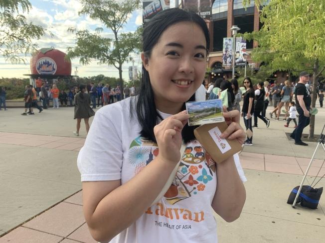林劭恩7日展示2019台美旅遊紀念的特色悠遊卡。(記者賴蕙榆/攝影)