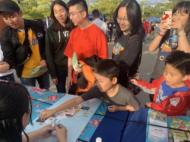 「大都會台灣日」邀請球迷進行景點拼圖互動,了解台灣各地觀光特色。(記者賴蕙榆/攝影)