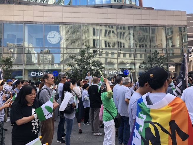 大批民眾聚集在阿斯托廣場,倡議台灣入聯。(記者顏潔恩/攝影)