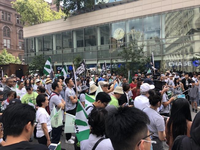 大批民眾聚集在阿斯托廣場,倡議台灣入聯。(記者顏潔恩╱攝影)