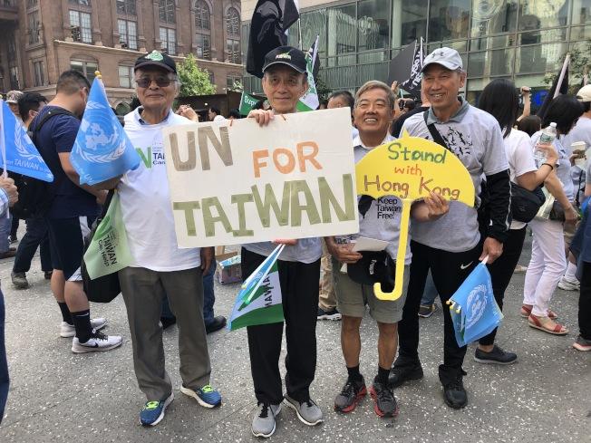 民眾手持告示牌要求台灣入聯,同時對香港人民表達支持。(記者顏潔恩/攝影)