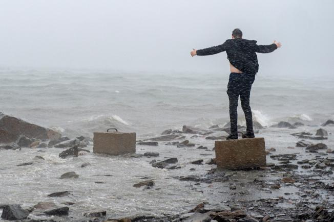 多利安颶風重創巴哈馬,在北卡羅來納州釀災後,轉往加拿大。圖為一名男子不懼危險,迎著風浪站在哈利法克斯港海邊。(美聯社)