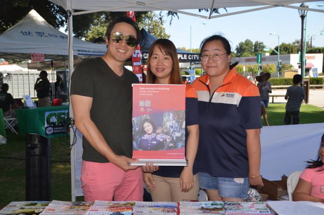 香港航空國際銷售部門經理許崗(左)為華裔帶來旅遊資訊。(記者王全秀子/攝影)