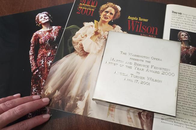 威爾森展示自己當年演出與獲獎資料。(美聯社)