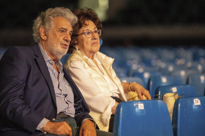 多明哥與夫人8月27日在匈牙利觀看歌劇排演。(美聯社)