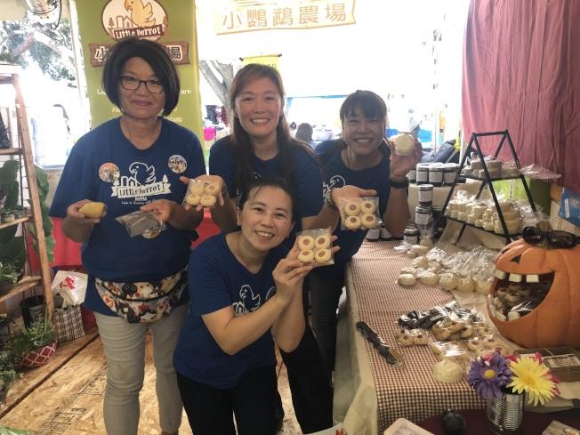 小鸚鵡農場在場出售自家種植的有機蔬菜以及志工做的餅乾。(記者王若然/攝影)