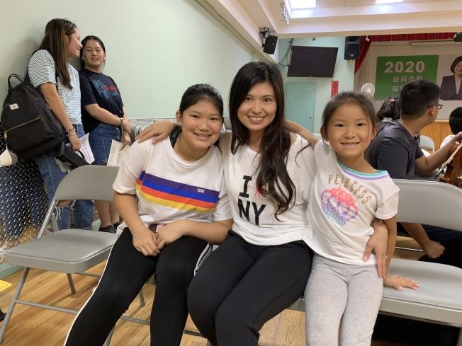 盧珊(左一)夢想是就讀茱莉亞音樂學院,當日和媽媽楊薇薇(中)、妹妹盧瑄(右)參加紐約幼獅青少年管弦樂團會員甄選大會。(記者賴蕙榆/攝影)