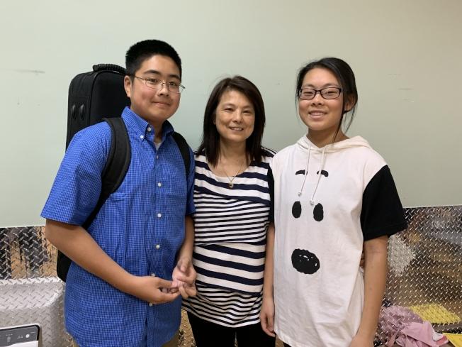 陳碧真(中)帶著女兒洪美恩(右)和兒子洪加恩(左)參加甄選,認為學音樂的孩子不會便壞,支持孩子學習樂器。(記者賴蕙榆/攝影)