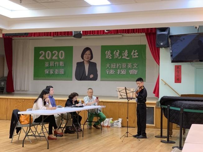 鄭以思(右一)7日參與紐約幼獅青少年管弦樂團會員甄選大會,期待加入樂團大家庭。(記者賴蕙榆/攝影)