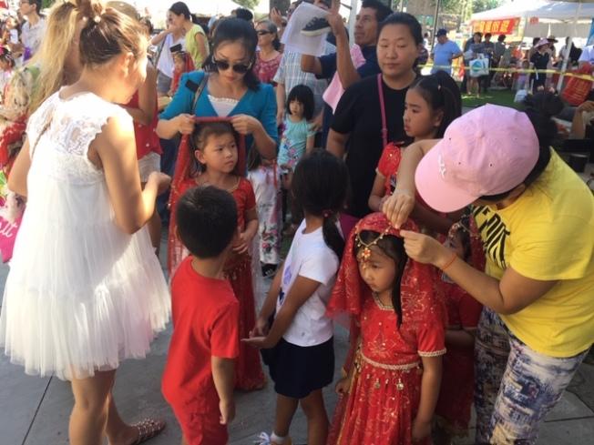 中秋佳節的舞臺是孩子們展示才藝的窗口,家長們正在給等待上場表演的孩子們化妝。(記者楊青/攝影)