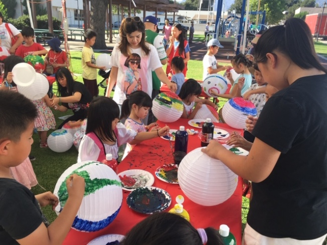 手繪燈籠區人潮不絕,200個燈籠帶給孩子和家長濃濃的節日氣氛。(記者楊青/攝影)