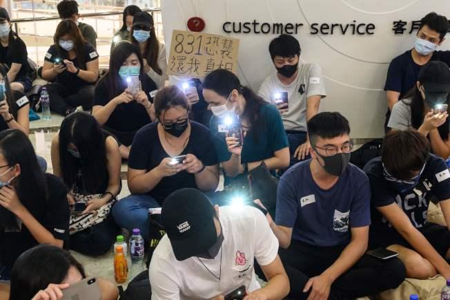 """香港青年静坐在地上,要求说明""""831真相""""。(Getty Images)"""