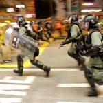港人堵塞機場不成 警民東涌站對峙