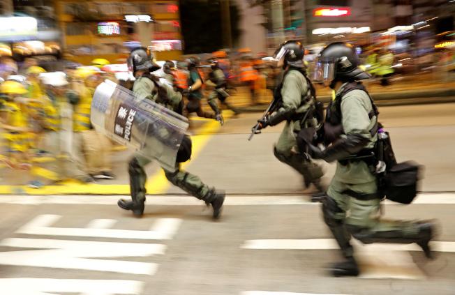 香港鎮暴警察衝向示威人群。(路透)