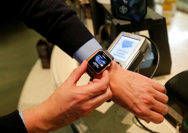 Apple Watch獲三項專利,其中的「手腕解鎖」功能打破過去蘋果解鎖方式。(路透)