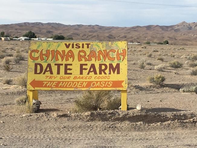 加州沙漠中的綠洲:中國農場的路標。(圖為作者提供)