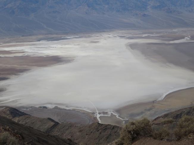 死亡谷國家公園裡的丹特高點下望惡水盆地之景,白濛濛一片。(圖為作者提供)
