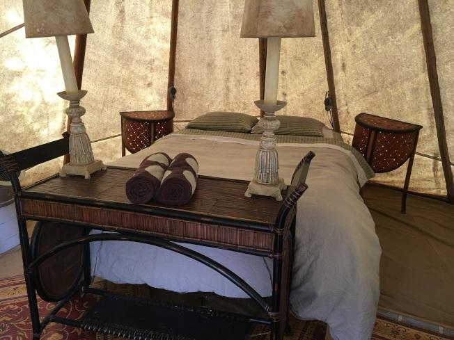 印第安人帳篷內部的擺設,有現代的冷氣與電毯。(圖為作者提供)