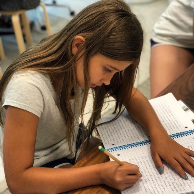 學童動筆寫短文示意圖。(美聯社)