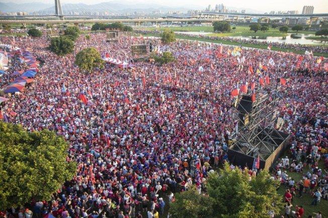 國民黨總統參選人韓國瑜今在三重幸福水漾公園舉辦造勢晚會,許多基層庶民代表上台發表意見。記者王敏旭/攝影