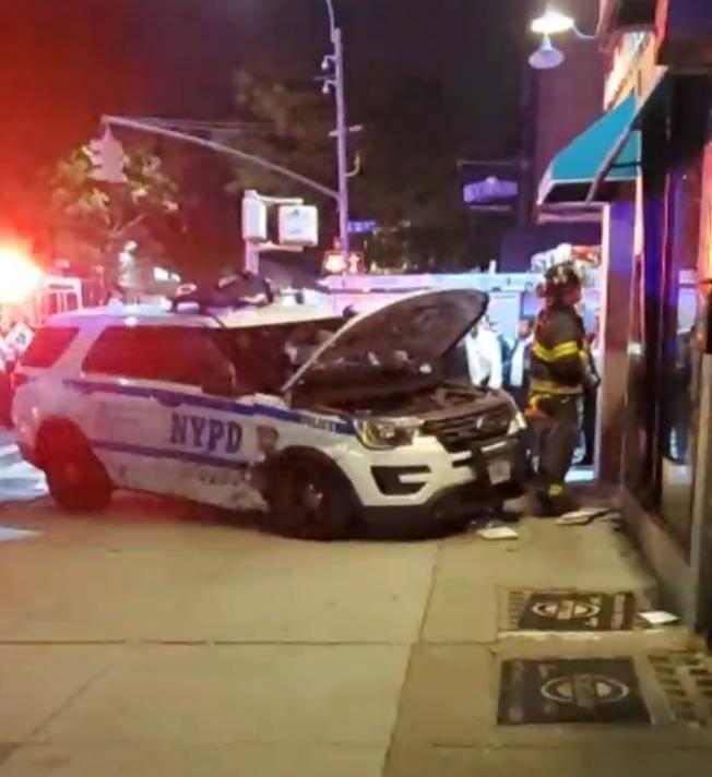 警車失控撞上路邊的商鋪。(Citizen視頻截圖)