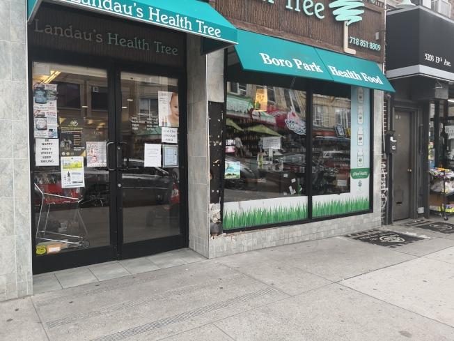 商鋪門口因車禍牆壁都被撞壞。(記者黃伊奕/攝影)