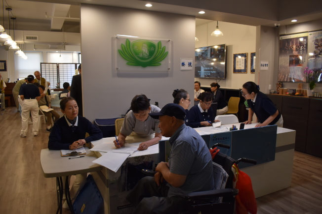 慈濟曼哈頓聯絡處8日在華埠首次舉行義診,吸引許多民眾參加。(記者顏嘉瑩/攝影)